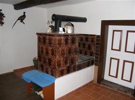 Stylová kachlová pec v obytné kuchyni