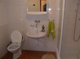 Příslušenství se sprchovým koutem, toaletou a umývadlem