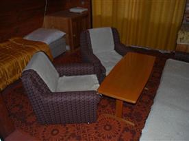 Obytná místnost se sedací soupravou a lůžkem