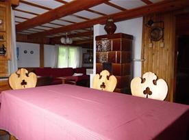 Pohled z jídelního koutu do obývací části