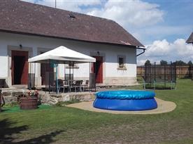 Bazén s venkovním sezením