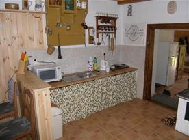 Kuchyně s vařičem, mikrovlnou troubou a rychlovarnou konvicí