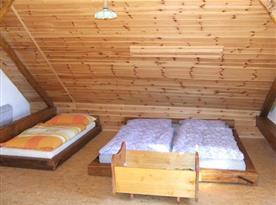 Pokoj s manželskou postelí a lůžkem