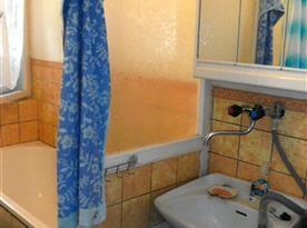 Sociální zařízení s vanou, umývadlem a toaletou