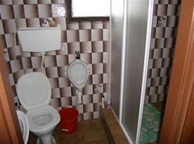 Sociální zařízení se sprchovým koutem, toaletou a umývadlem