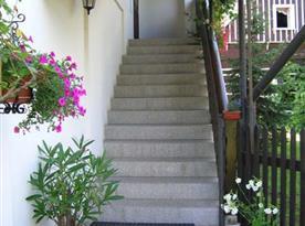Příjemný vstup do motelu po krátkém schodišti