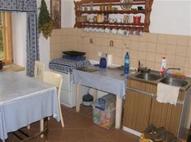 Vybavená kuchyně s dřezem a posezením