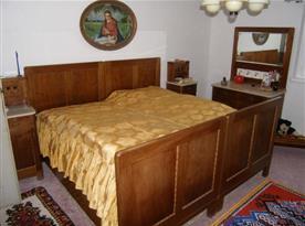 Ložnice s manželskou postelí a nábytkem