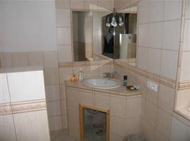 Sociální zařízení s umývadlem a zrcadly