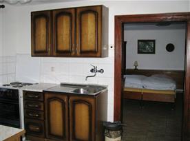 Pohled do kuchyně s průchodem do ložnice