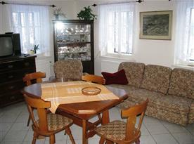 Obývací pokoj s jídelním koutem a pohovkou