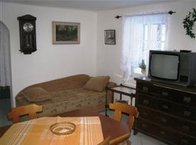 Lůžko v obývacím pokoji