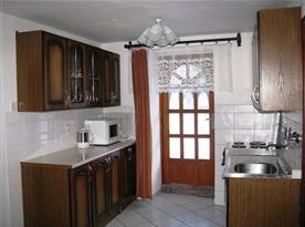 Kuchyně se sporákem, lednicí, mikrovlnnou troubou a rychlovarnou konvicí