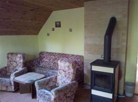 Obytná místnost se sedací soupravou a televizí