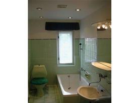 Koupelna s vanou, toaletou a umývadlem