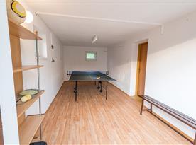 Suterén - stolní tenis, prostor pro uzamčení jízdních kol