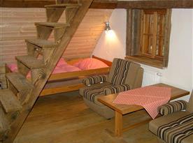 Ložnice s jednolůžkem a schodištěm do podkroví