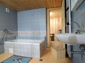 Koupelna s vanou a saunou