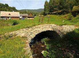 Klenutý most a protékající Novolosinský potok