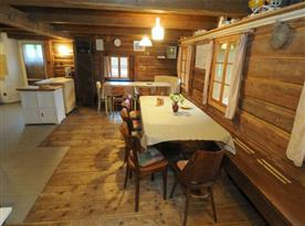 Společenská místnost s jídelním koutem a krbem