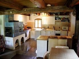 Společenská místnost s vybaveným kuchyňským koutem
