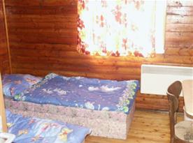 Ložnice A s lůžky, stolem a židlí