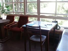 Prosklená veranda s křesly a stolem