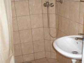 Sociální zařízení se sprchou, umývadlem a toaletou
