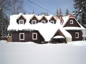 Celkový pohled na chalupu v zimě