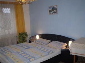 Ložnice D s manželskou postelí a lampičkami