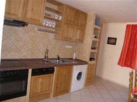 Kuchyně se sporákem, myčkou nádobí, pračkou, lednice a rychlovarná konvice