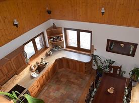 Pohled z galerie do kuchyně