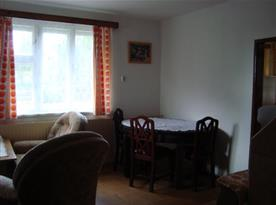 Obývací pokoj s jídelním stolem a televizí