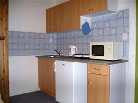 Kuchyně s vařičem, lednicí, mikrovlnnou troubou a rychlovarnou konvicí