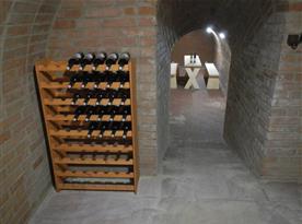 Vinný sklípek s vínem a posezením