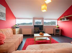 Obývací část se sedací soupravou a televizí