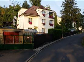 Celkový pohled na dům s apartmánem nedaleko přírodního koupaliště