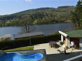 Pohled na bazén a přehradu
