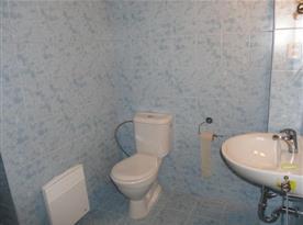 Sociální zařízení s umývadlem a toaletou