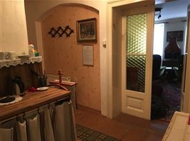 Pohled z kuchyňky do apartmánu.