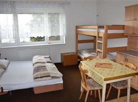 Ložnice č. 2. 3 lůžka + 1 přistýlka (patrová postel) ... pohled od dveří