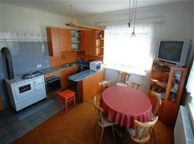 Kuchyně se sporákem,el.troubou, vařičem, mikrovlnou troubou a lednicí