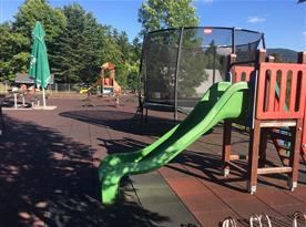 Dětské hřiště u restaurace H resort vzdáleno asi 10 min chůze