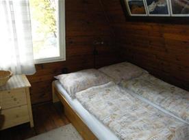 Ložnice B s manželskou postelí a skříňkou