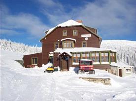 Zimní pohled na zasněženou chatu