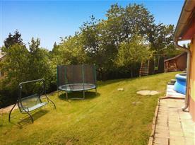 Zahrada s bazénem, zahradní houpačkou a trampolínou