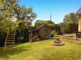 Zahrada s bazénem, zahradní houpačkou, ohništěm a trampolínou