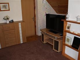 Pokoj s komodou a televizí