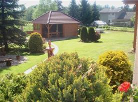 Velká zatravněná zahrada s altánkem