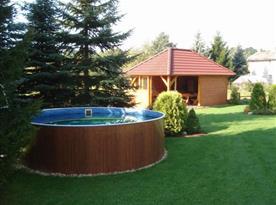 Bazén na zahradě objektu